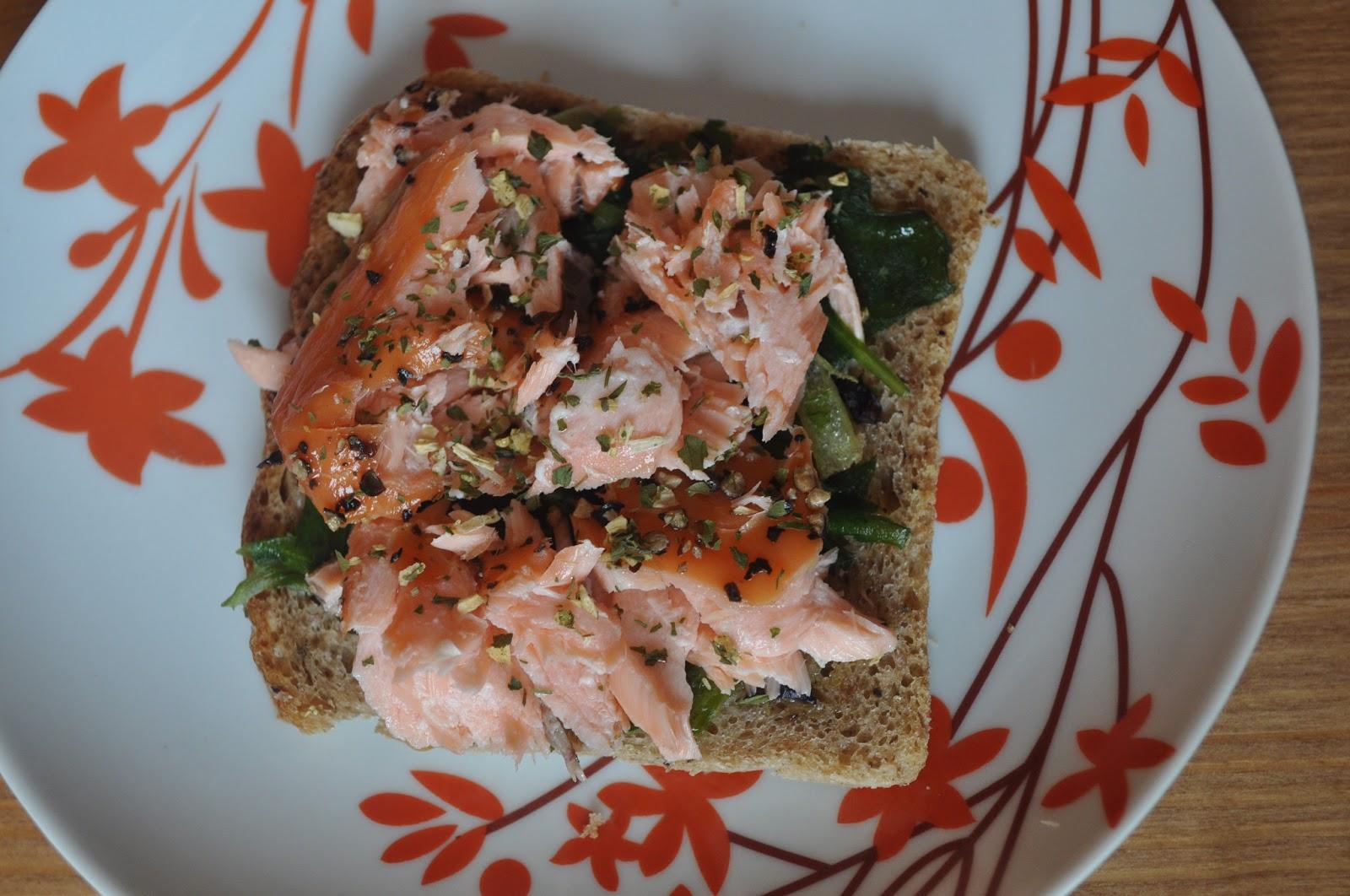 Pomysł na śniadanie – kanapka z łososiem