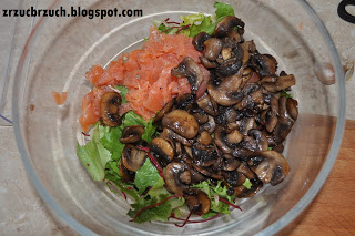 Sałatka z łososiem i pieczarkami