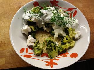 Sałatka z kuskusem, brokułami i fetą