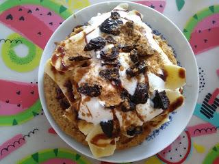 Owsiany omlet z bananem i suszonymi śliwkami