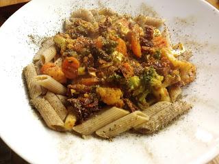 Makaron z warzywami, fetą i suszonymi pomidorami