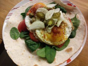 Tortilla z jajkiem i szpinakiem
