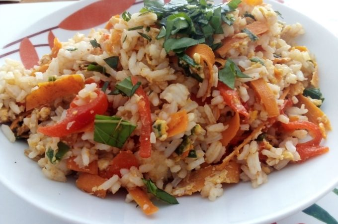 Smażony ryż z jajkiem i warzywami