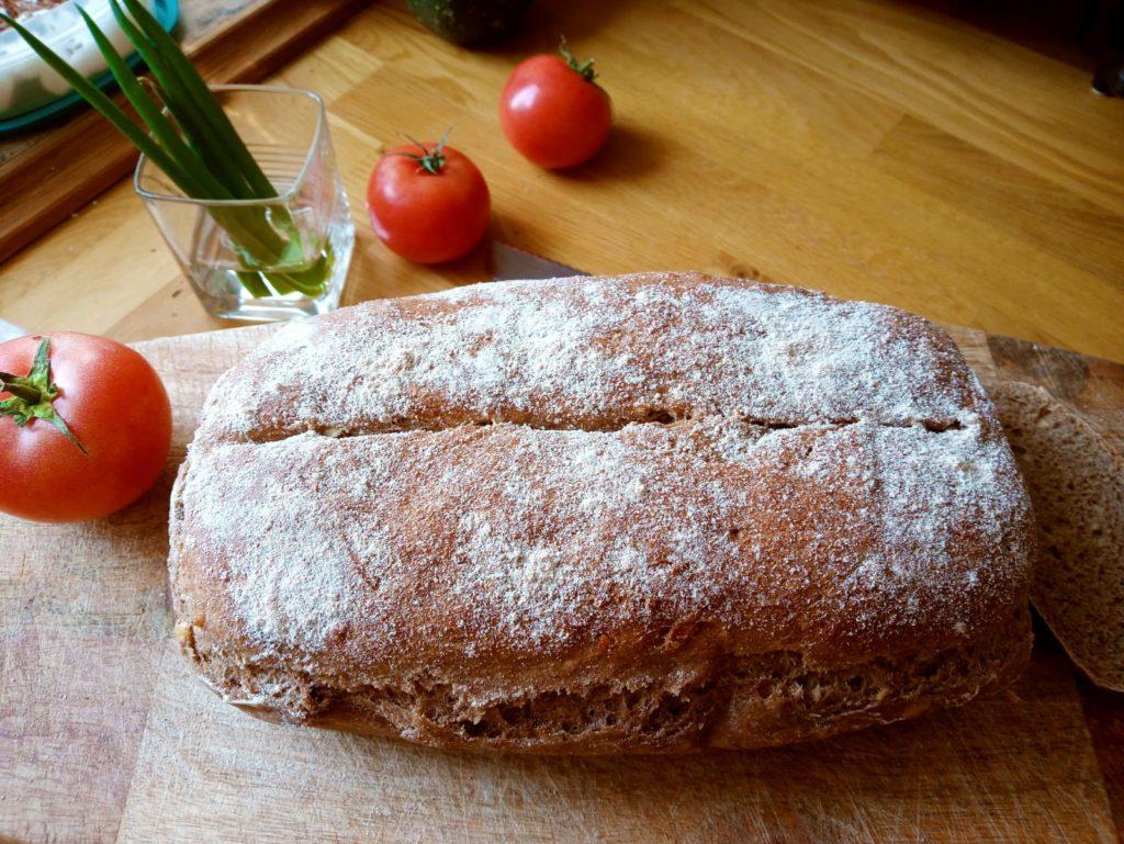 chleb z siemieniem i orzechami